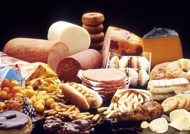 Sehr fette und gehaltvolle Nahrung direkt vor dem Zubettgehen senkt unsere Schlafqualität