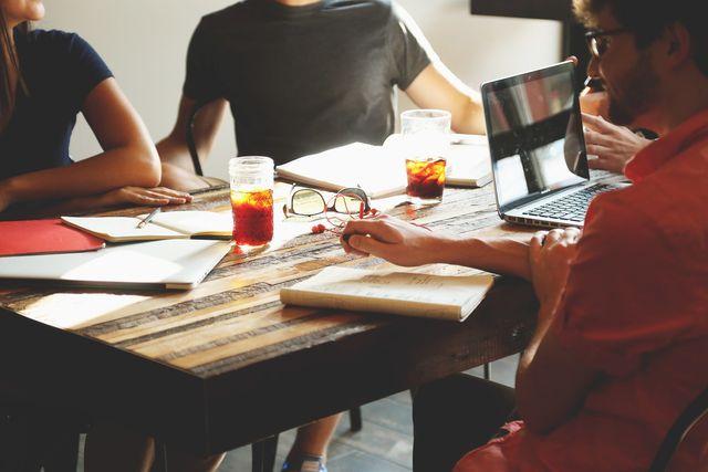 Ein Seminar oder Workshop zum Thema Nachhaltigkeit kann eine Aktionsidee sein.