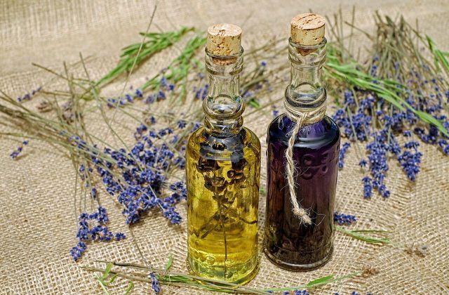 Den wohltuenden Lavendelduft kannst du beispielsweise in Form von ätherischem Öl einfangen.