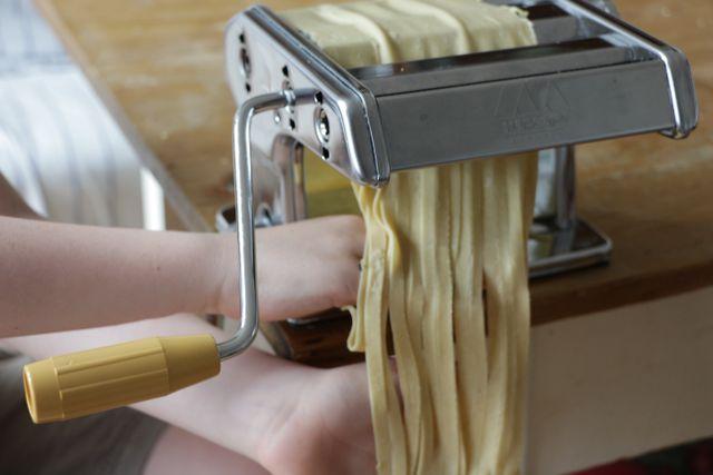 Manche Nudelmaschinen haben einen speziellen Walzenaufsatz für unterschiedlich breite Nudeln.