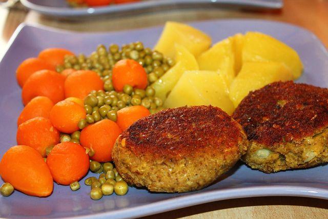 Die knusprigen Linsenbratlinge schmecken gut mit Kartoffeln und Gemüse.