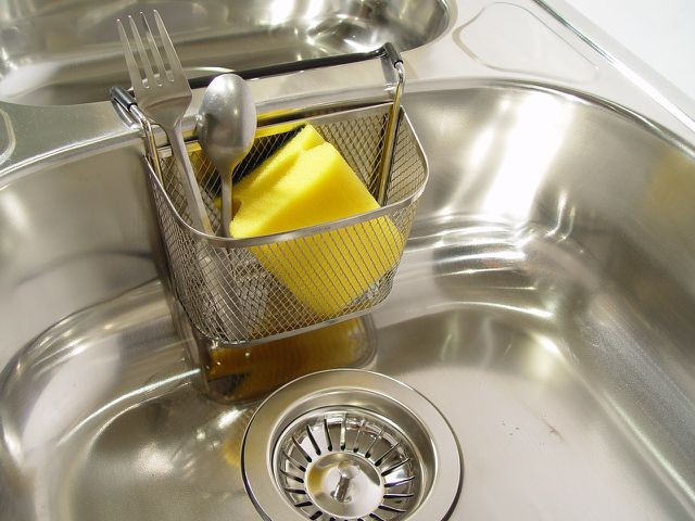 Abfluss stinkt: Diese Hausmittel helfen in Küche und Bad ...