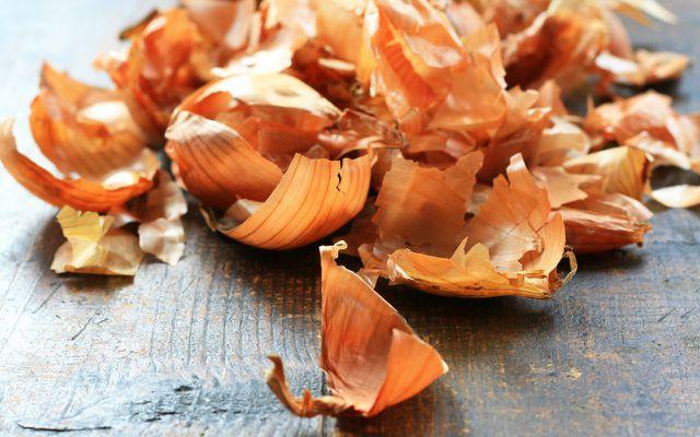 Ostereier färben –geht natürlich zum Beispiel mit Zwiebelschalen