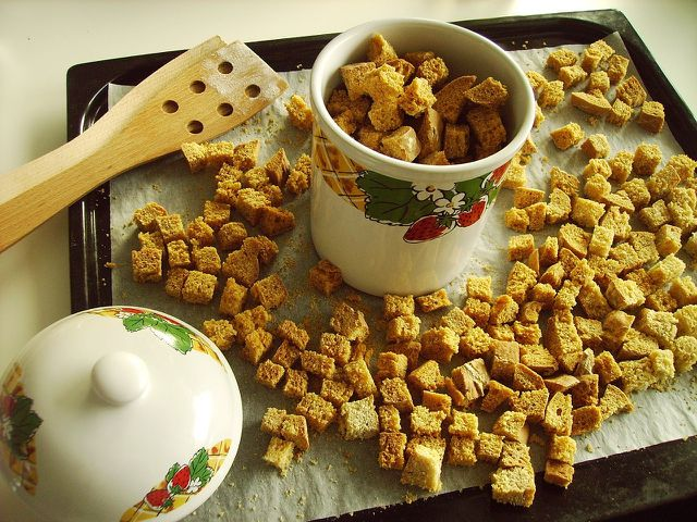 Croutons lassen sich ganz leicht im Backofen selber machen. So werden sie besonders gleichmäßig geröstet.