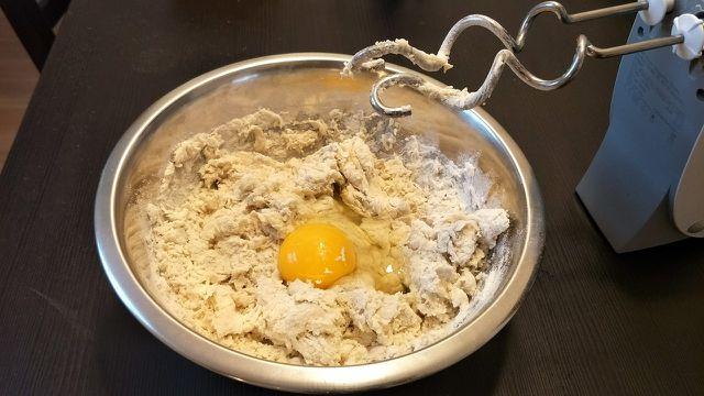 Der Teig für einen Zwiebelkuchen lässt sich leicht zubereiten.
