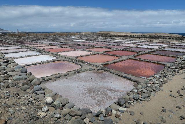 Traditionelle Meersalzgewinnung: Durch Verdunstung trennt sich das Wasser vom Salz.