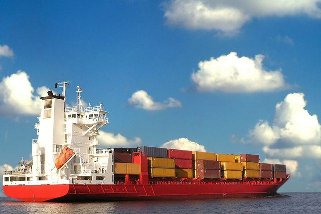 Containerschiffe transportieren die Konsumgüter über die Weltmeere.