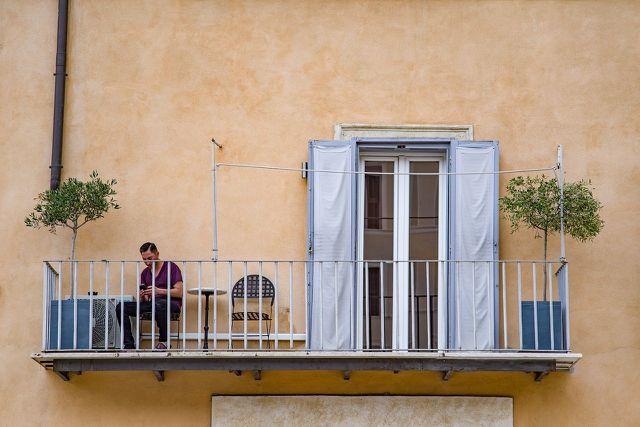 Auf einem Balkon ohne Sichtschutz bist du neugierigen Blicken ausgesetzt.