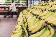 Noch etwas grün: So findest du Bananen häufig im Supermarkt vor.