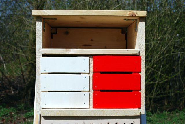 """Die """"Zimmer"""" für Marienkäfer und Florfliegen (rot gemalt) füllst du mit Stroh aus."""