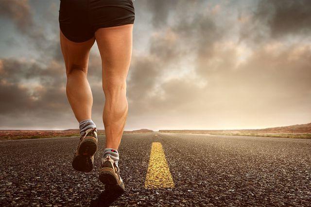 Regelmäßiger Sport kann geschwollenen Beinen vorbeugen.