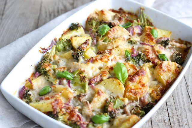 Statt jeder Menge Sahne und Butter wird dieser Auflauf mit passierten Tomaten zubereitet und ist dadruch deutlich fett- und kalorienärmer.