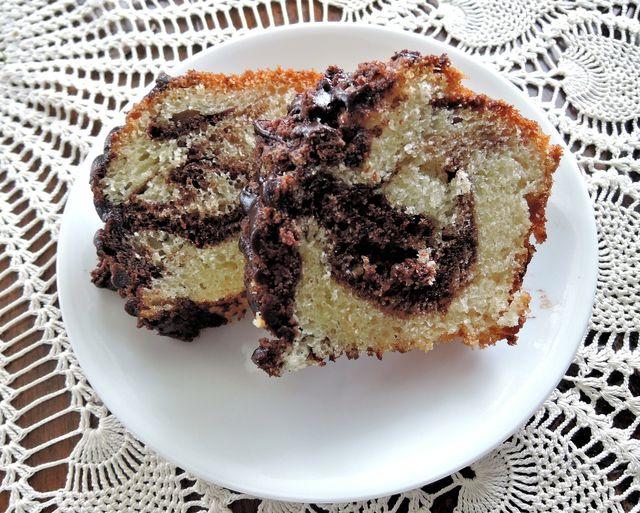 Mit einer Schokoladenglasur oder Nüssen im Teig kannst du den Marmorkuchen ohne Ei leicht abwandeln.