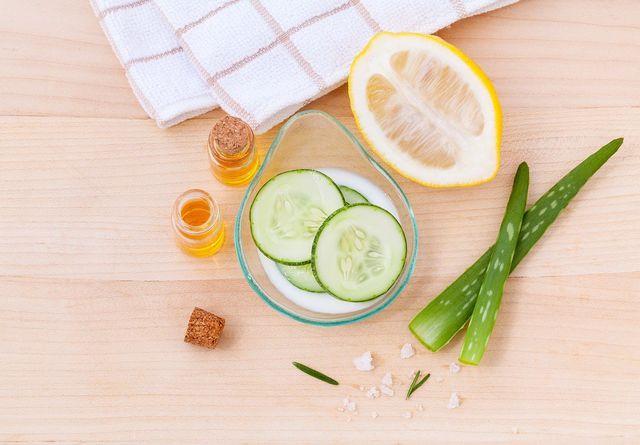Als zusätzliche Gesichtspflege für Männer (und Frauen) kannst du zum Beispiel Aloe-Vera-Gel, ein Dampfbad oder eine Gurkenmaske verwenden.