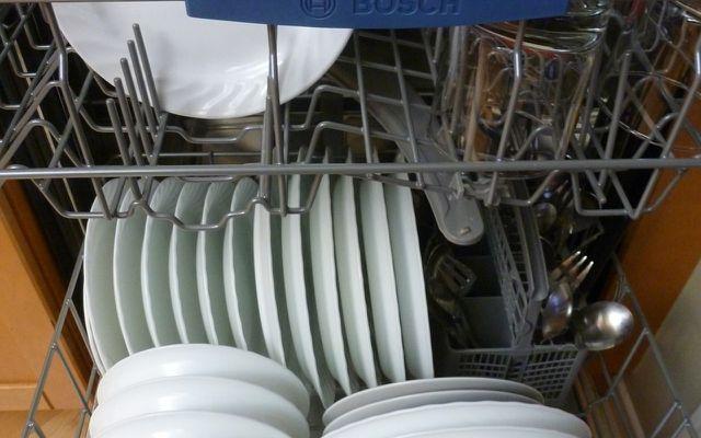 Wenn das Geschirr aus der Spülmaschine stinkt, hilft das Hausmittel Essig.