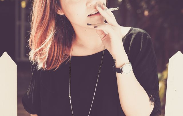 Ein ungesunder Lebensstil und vor allem Rauchen kann zu aufsteigender Magensäure führen.
