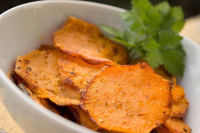 Süßkartoffel-Chips aus dem Backofen.