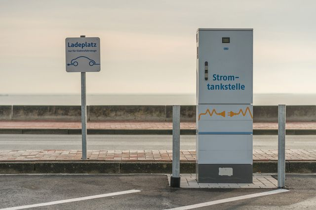Das Klimapaket der Bundesregierung sieht Ladesäulen für Elektroautos auf jedem Parkplatz vor.