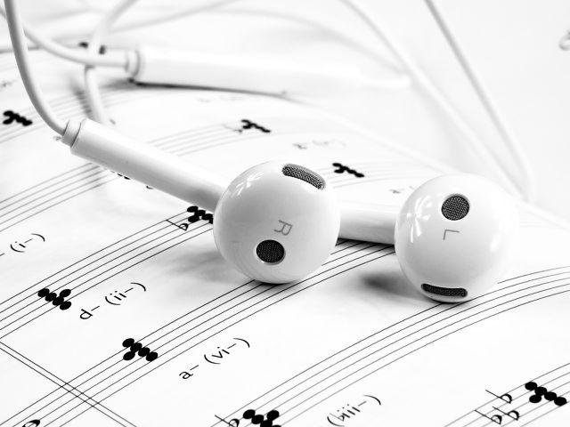 Halte Kopfhörer sauber, um Pickeln im Ohr vorzubeugen