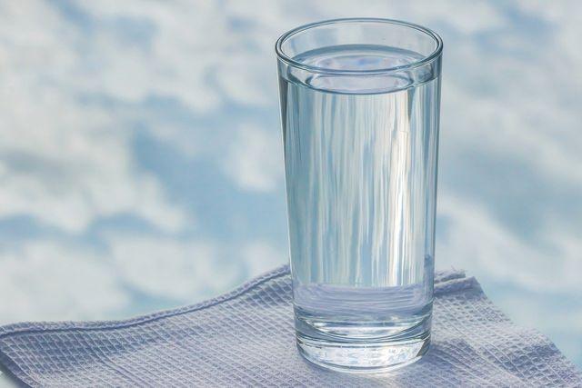 Tabletten und auch Tropfen kannst du zusammen mit einem Glas Wasser einnehmen.