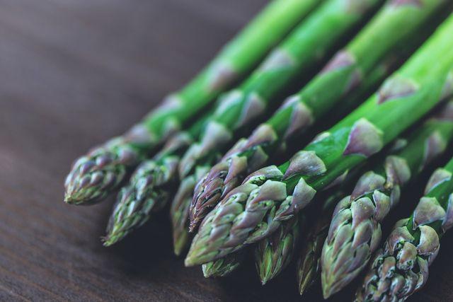 Du kannst Spargel roh essen - und so besonders von den enthaltenen Vitaminen profitieren.