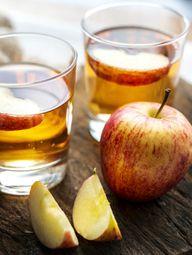 Apfelessig selber machen lohnt sich – so kannst du auch die Reste deiner Apfelernte verwerten.