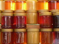 Honiggläser solltest du zum Schutz der Bienen sicherheitshalber spülen.
