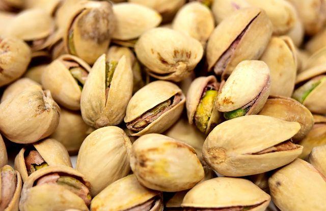 Pistazien, Erdnüsse, Walnüsse und Mandeln können die gesundheitsgefährdenden Schimmelstoffe enthalten. Die betroffenen Nüsse schmecken bitter.