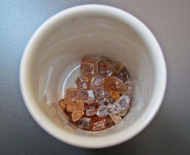 Anders als normaler Zucker besteht Kandiszucker aus groben Zuckerkristallen.