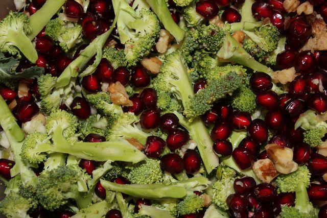 Rohen Brokkolisalat kannst du schnell zubereiten.