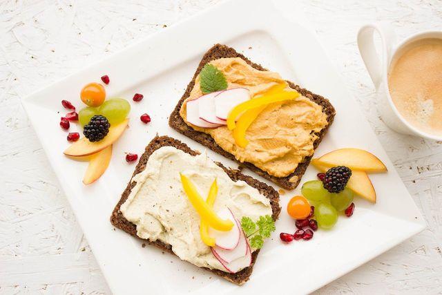 Ein Brot mit Hummus ist eine gute vegane Proteinquelle, da es alle essentiellen Aminosäuren liefert.