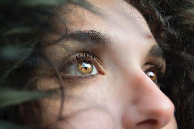 Am Fremdkörpergefühl im Auge können trockene Augen Schuld sein.