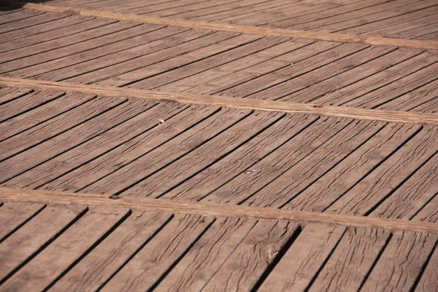 Holz-Terrasse reinigen, dann ölen.