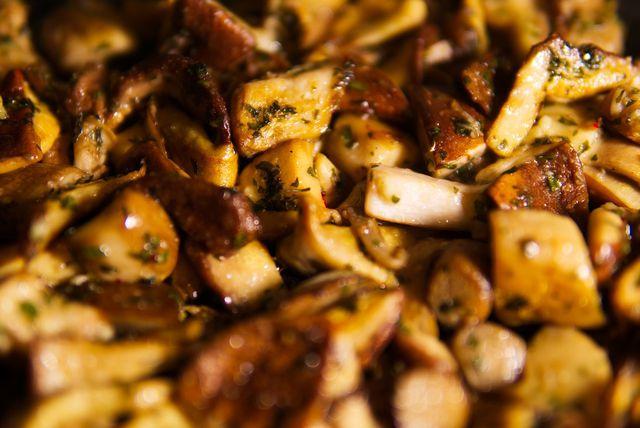 Auch bereits gekochte oder gebratene Champignons kannst du einfrieren – am besten direkt nach der Zubereitung.
