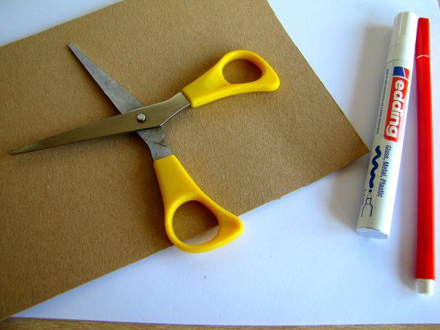Mit wenigen Materialien kannst du deine eigene Save-the-Date-Karte basteln.
