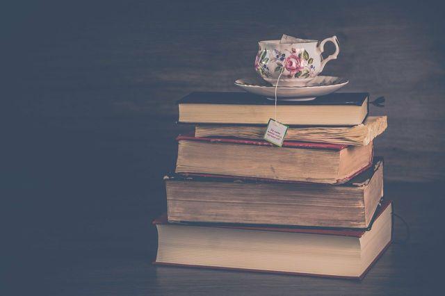 Beim Lesen von Büchern kannst du in neue Welten eintauchen und von deinen Sehnsuchtsorten träumen.