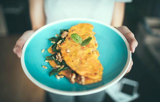 Veganes Omelette schmeckt auch gut mit Spinat und Nüssen.