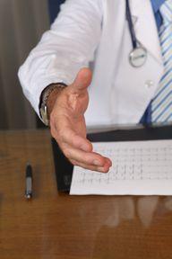 Zusätzlich zum Organspendeausweis kannst du mit deinem Hausarzt eine Patientenverfügung erarbeiten.