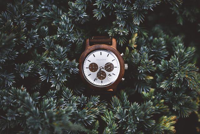 Holzkern-Uhr