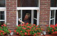 Zum Fensterputzen gehört auch das Reinigen der Fensterrahmen.