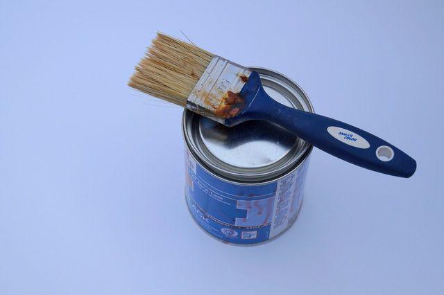 Holz lackierst du mit einem sauberen Pinsel oder einem Farbroller.