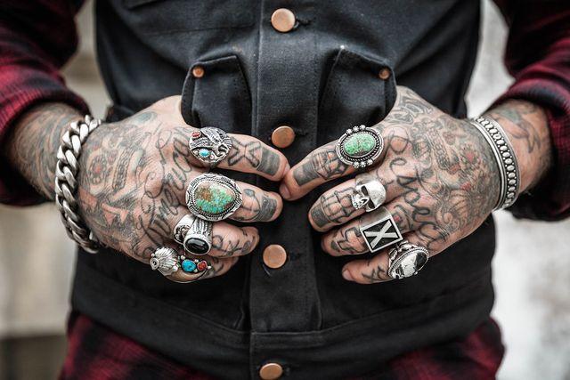 Vor allem Tattoos an den Händen benötigen viel Pflege.