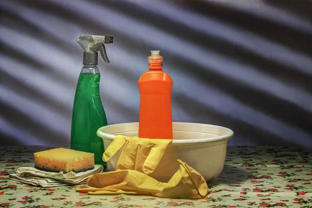 Schimmel im Bad solltest du sofort entfernen, sobald du ihn entdeckst.