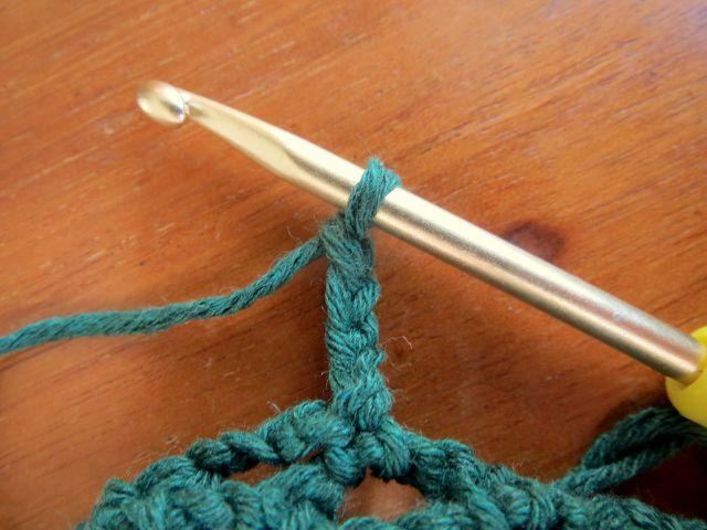 Das Bogenmuster: Häkle vier Luftmaschen und befestige sie mit einer festen Masche im Bogen der Vorrunde.