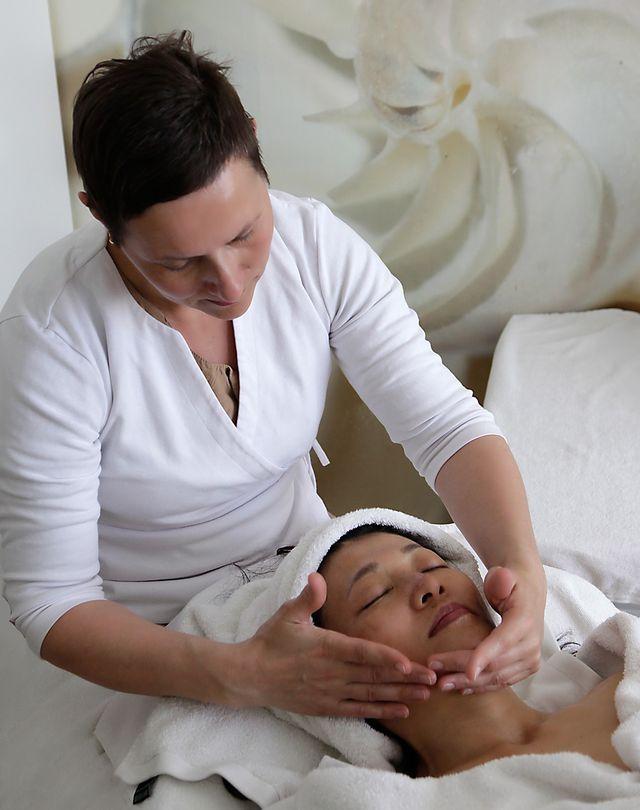 Massage hilft bei Zornesfalten