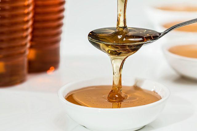 Honig wird eine entzündungshemmende Wirkung nachgesagt, weshalb er als Hausmittel bei Fußpilz eingesetzt wird.