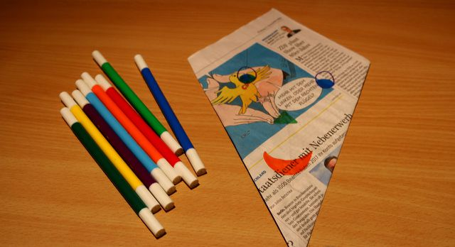 Male deinen Papierdrachen mit Farbe bunt an.