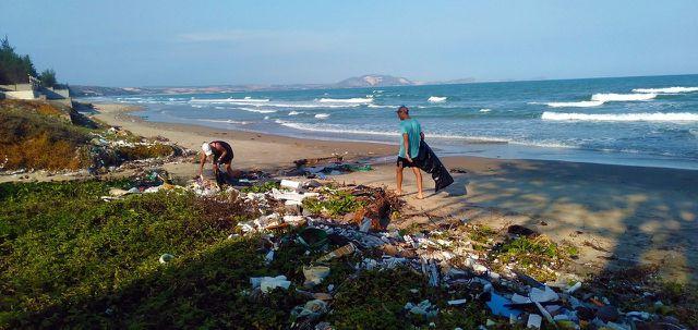 Das Phänomen des Massentourismus führt zur Verschmutzung der Weltmeere.