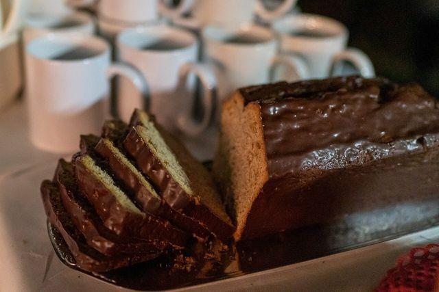 Kuchen mit Zutaten, die jeder hat: Verfeinern kannst du ihn zum Beispiel mit einer Schokoglasur.