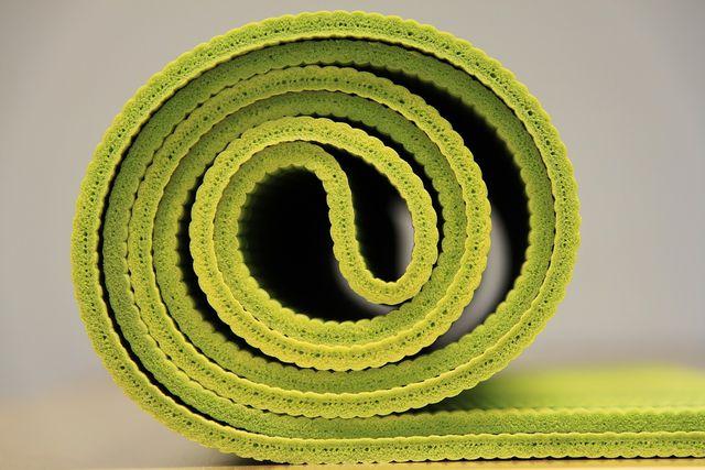 Mit unseren vier Übungen kannst du zuhause Hüftschmerzen vorbeugen oder vorsichtig lockern.